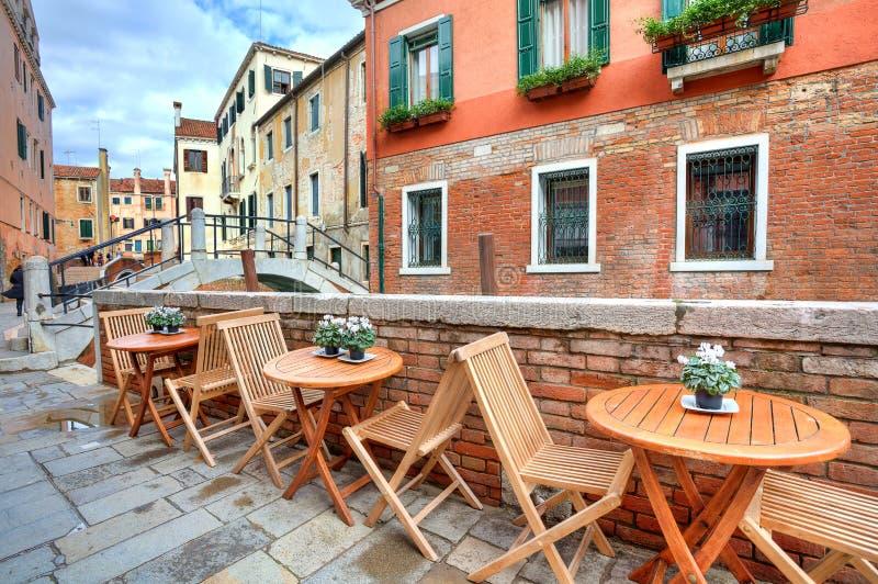 Tipical beskådar på den små gatan i Venedig, Italien. arkivfoton