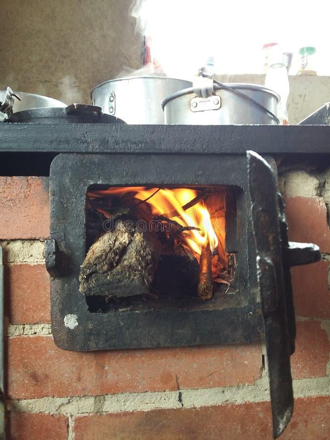 Tipical kök av trä i Colombia arkivbilder