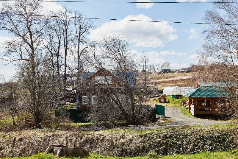 Tipical ryssby med det gamla huset i en sommar eller en vårdag arkivbilder