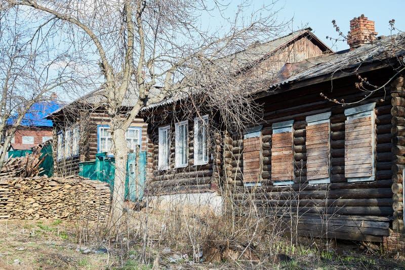 Tipical ryssby med det gamla huset i en sommar eller en vårdag arkivfoto