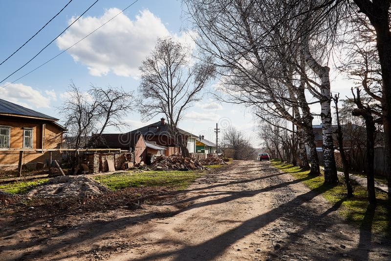Tipical ryssby med det gamla huset i en sommar eller en vårdag arkivfoton