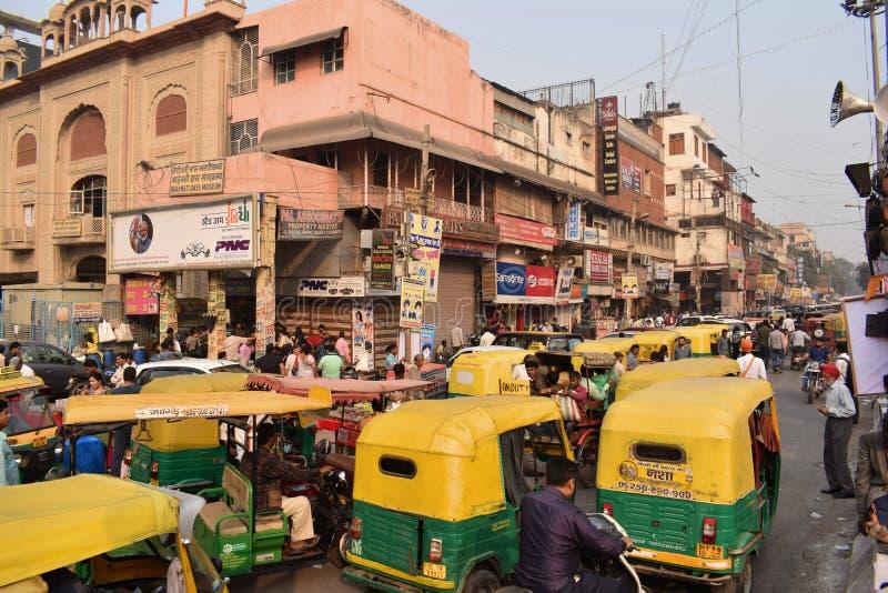Tipical trafikstockning på en gata i den Delhi staden royaltyfri fotografi