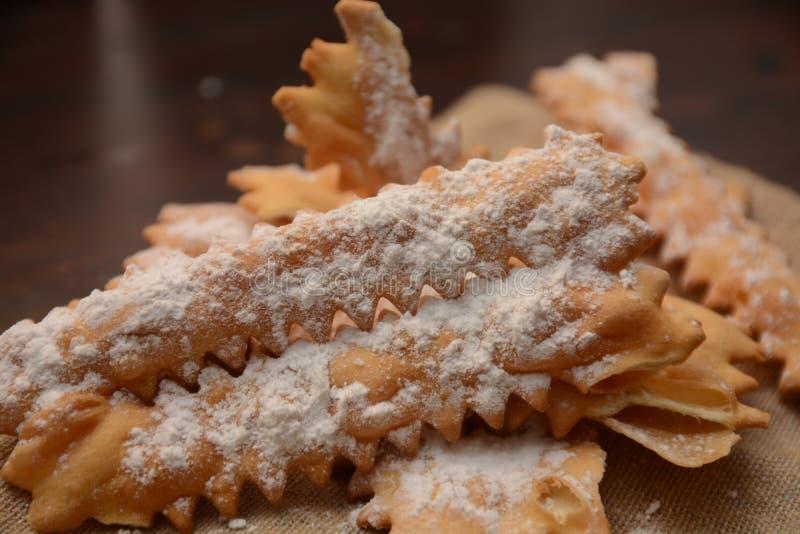 Tipical włocha torta chiacchiere dla karnawału przyjęcia słodkiego karmowego deseru zdjęcia stock