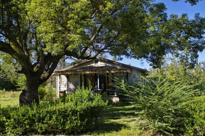 Tipico ha abbandonato il piccolo vecchio bungalow di legno alla periferia di Tallahassee il 24 ottobre, Florida fotografia stock