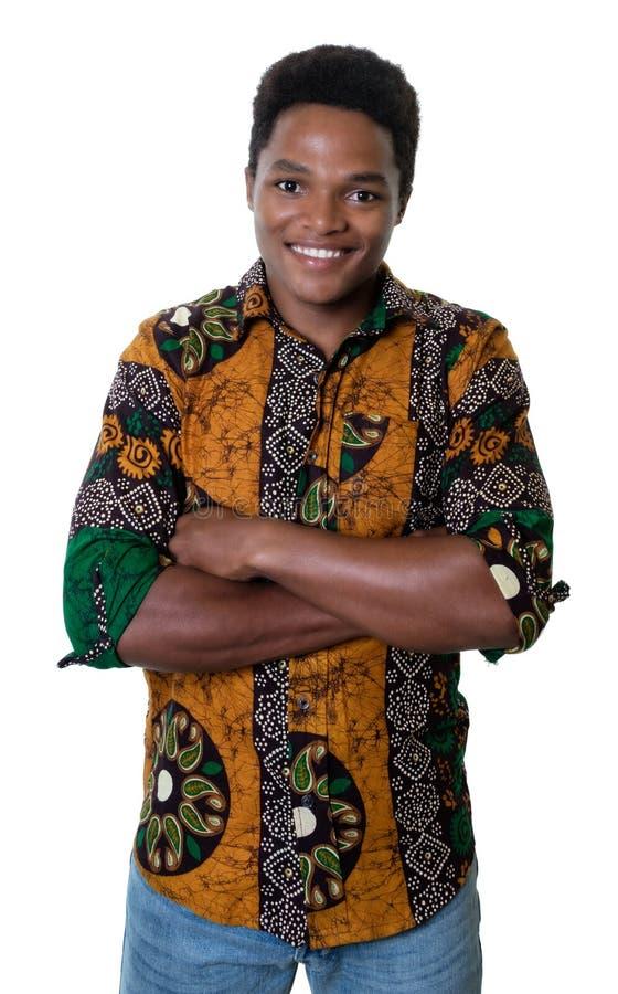 Tipo afroamericano di risata con i vestiti tipici dall'Africa fotografie stock libere da diritti