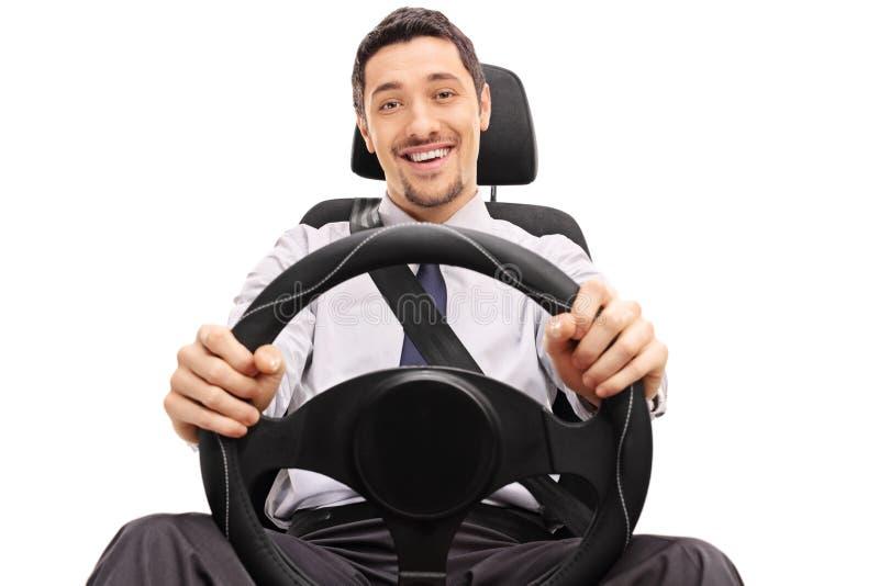Tipo allegro che tiene un volante immagini stock libere da diritti
