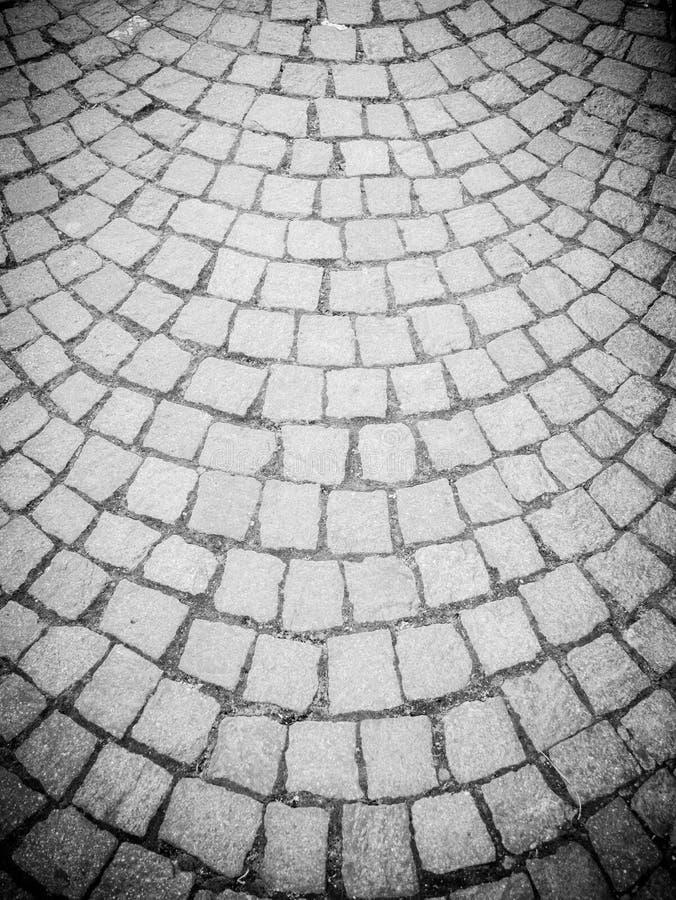 Tipo antigo de estrada que pavimenta, feito dos quadrados de pedra da lava, com uma estrutura harmoniosamente semicircular imagem de stock