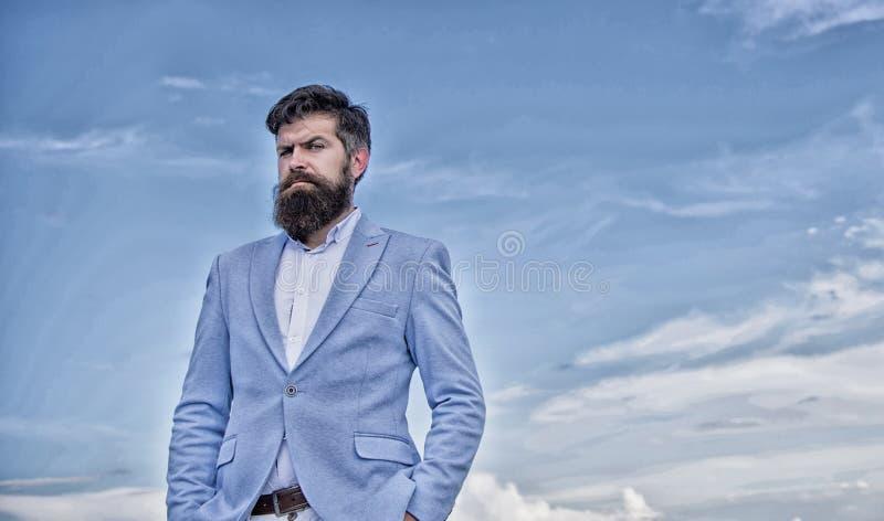 Tipo attraente bello serio dei pantaloni a vita bassa con la barba lunga Guida governante degli ultimi baffi Pantaloni a vita bas immagine stock