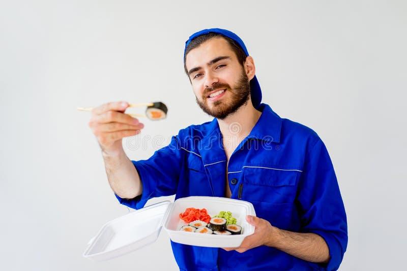Tipo bello che consegna i sushi fotografie stock libere da diritti