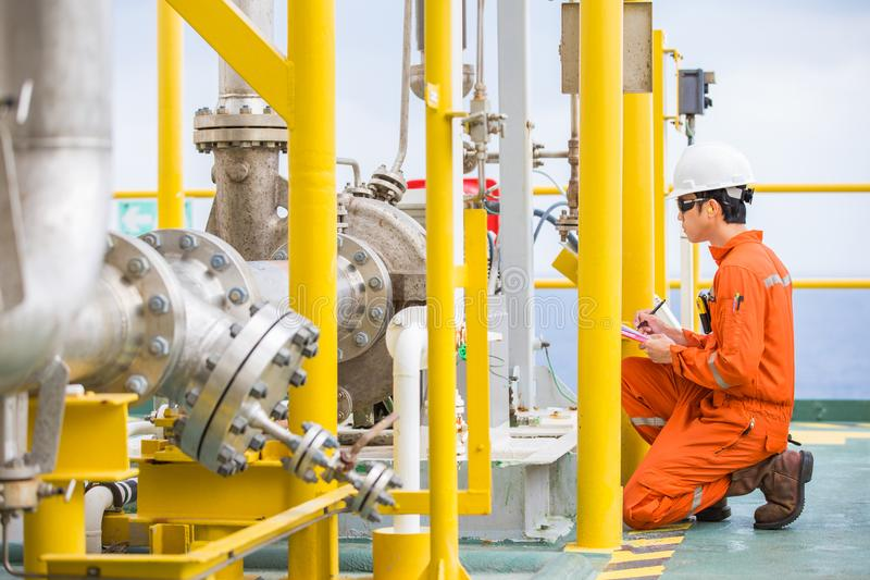 Tipo centrífugo de la bomba del petróleo crudo de la inspección del inspector del ingeniero industrial en la plataforma de proces fotografía de archivo