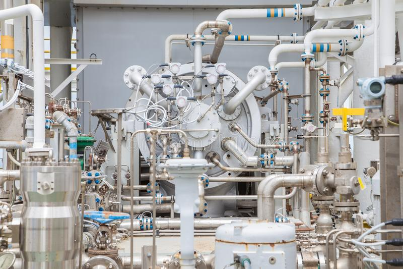 Tipo centrífugo del compresor de la turbina de gas en la plataforma de proceso central del petróleo y gas costero fotografía de archivo