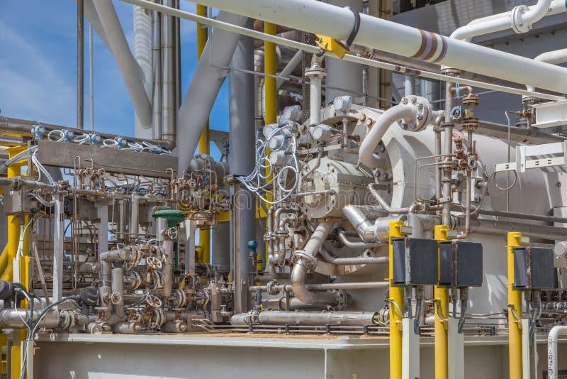 Tipo centrífugo del compresor de la turbina de gas en la plataforma de proceso central del petróleo y gas costero imagen de archivo libre de regalías