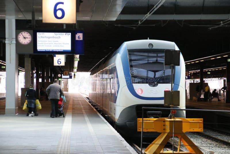 Tipo claro pequeno SLT do trem da periferia do trilho ao longo da plataforma da estação imagem de stock