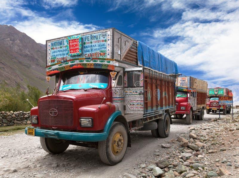 Tipo colorido TATA dos caminhões na estrada Himalaia imagens de stock
