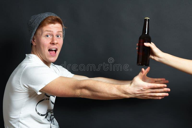 Tipo con la bottiglia di birra immagine stock