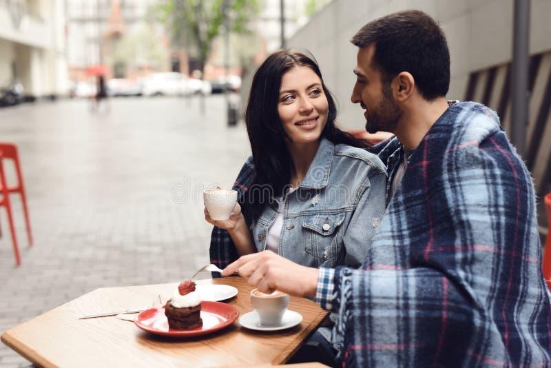 Tipo con la ragazza in caffè mangiano il dessert immagini stock libere da diritti