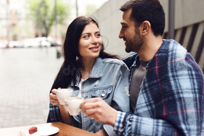 Tipo con la ragazza in caffè mangiano il dessert fotografia stock libera da diritti
