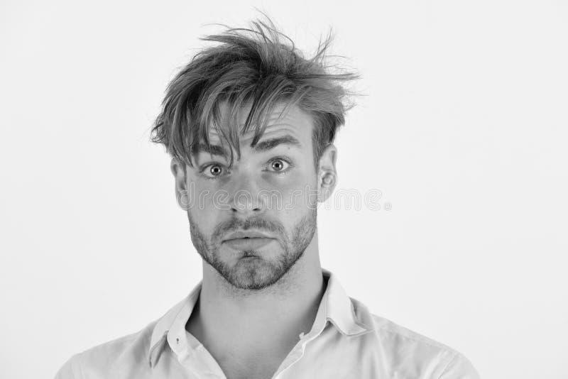 Tipo con la setola in camicia rosa e capelli sudici Macho con la sorpresa sul suo fronte Uomo con gli occhi azzurri fotografia stock