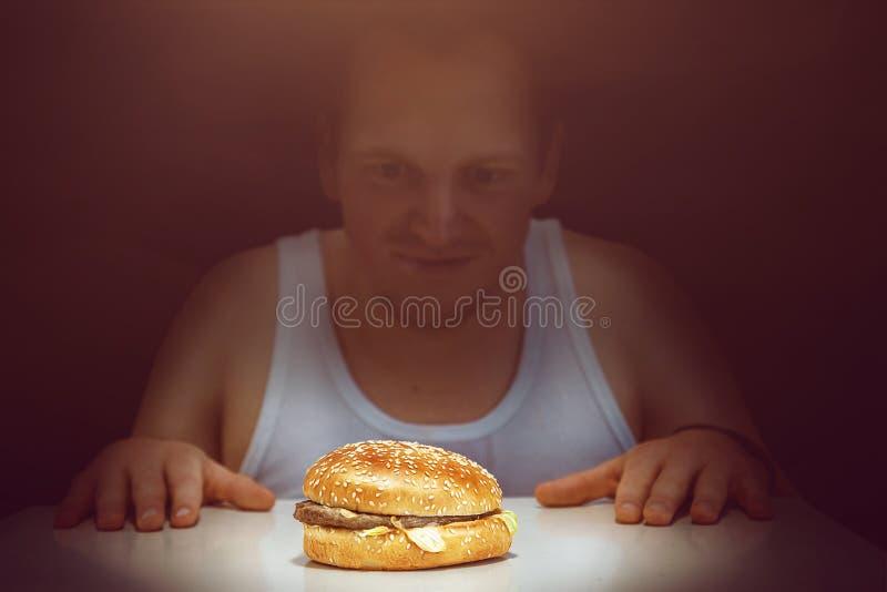Tipo con un hamburger fotografie stock libere da diritti