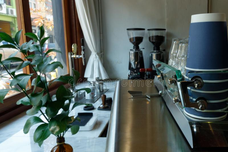 Tipo de caf? con la amoladora de la m?quina del caf? y de caf? fotografía de archivo