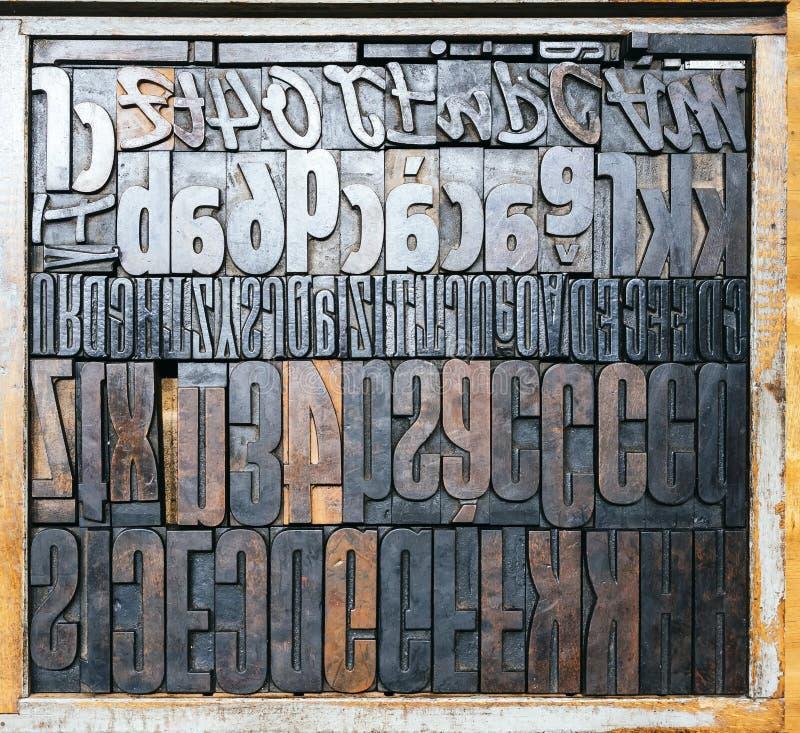 Tipo de madera opinión superior de la prensa de copiar del vintage de los bloques de impresión imagen de archivo