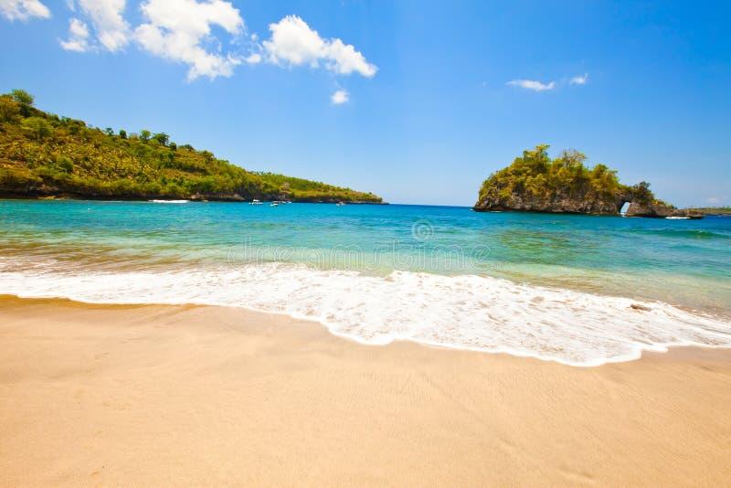 Tipo de uma praia arenosa em rochas no oceano. Indones fotos de stock