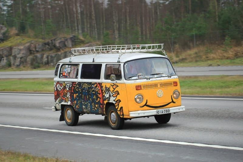Tipo de Volkswagen - 2 campista Van com um sorriso fotografia de stock