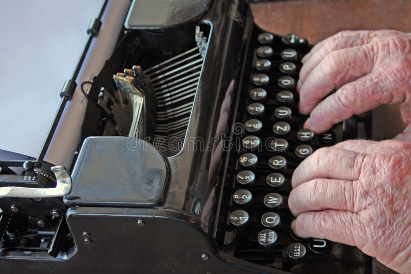 Tipo degli esperti sulla vecchia macchina da scrivere fotografia stock