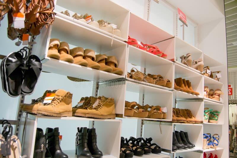 Tipo del invierno y del verano de zapatos seleccionados y colocados en orden según las últimas tendencias de la moda fotos de archivo