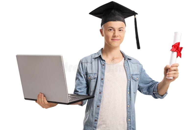 Tipo dell'istituto universitario che tiene un diploma e un computer portatile fotografie stock