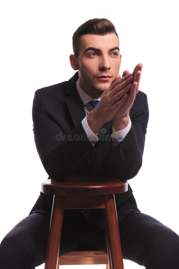 Tipo di modo in vestito che sembra soddisfatto con pregare le mani illustrazione vettoriale