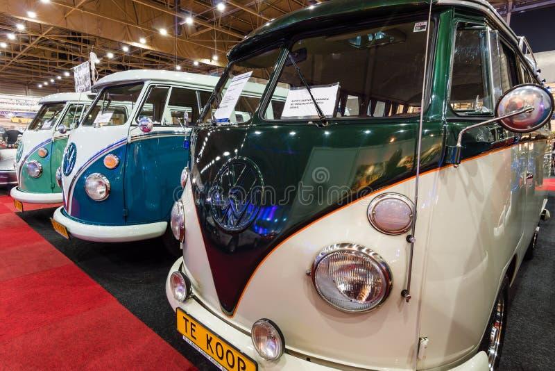 Tipo di Volkswagen dei minibus - 2 che stanno in una fila fotografia stock libera da diritti