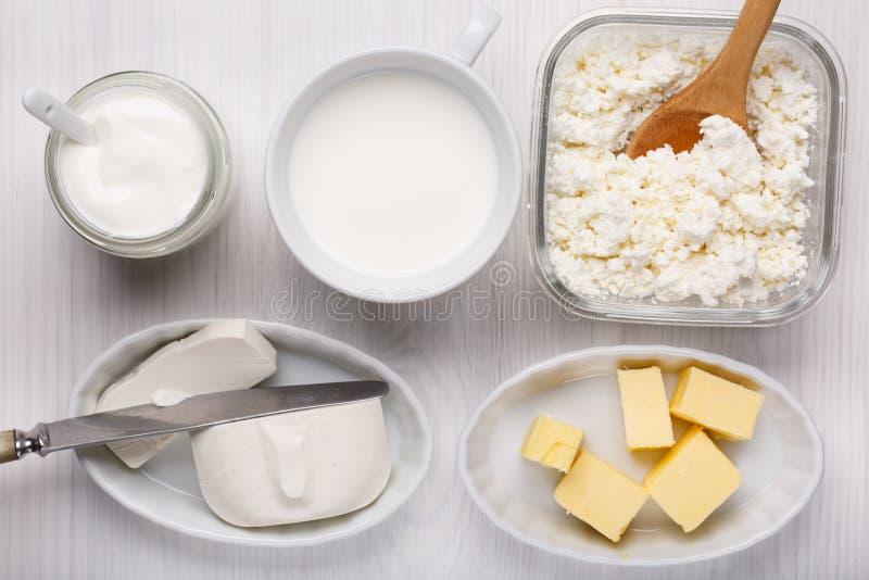Tipo differente di prodotti lattier-caseario su fondo di legno bianco immagini stock