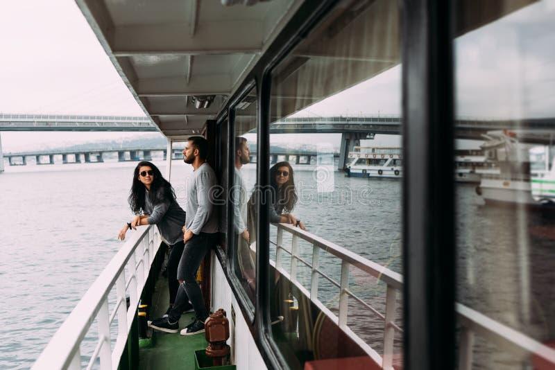Tipo e ragazza a bordo di una barca di crociera fotografie stock