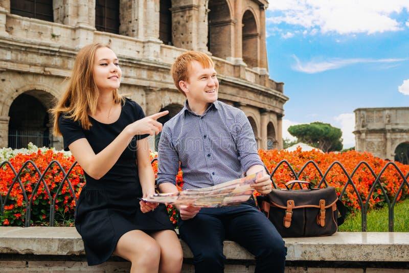 Tipo e ragazza sui precedenti del Colosseum fotografia stock libera da diritti