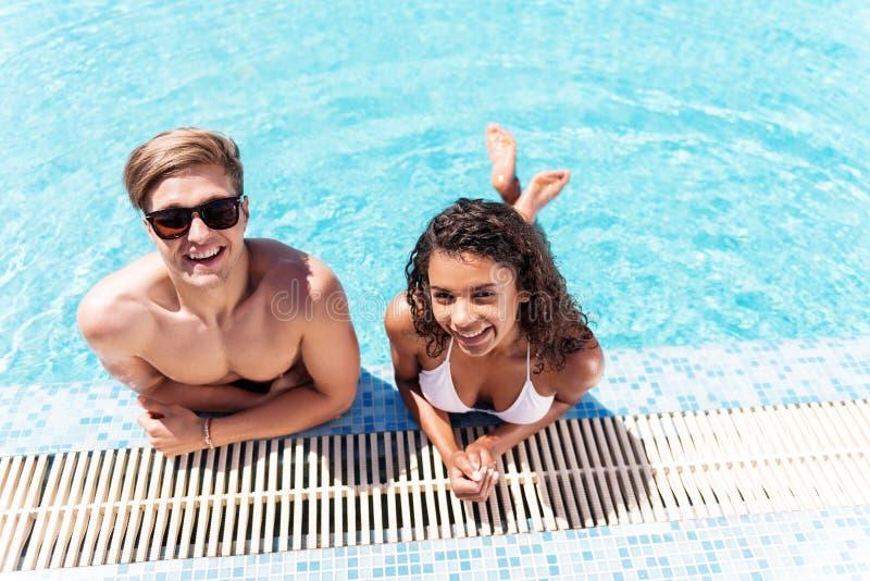 Tipo giovanile allegro e signora che riposano mentre nuotare all'aperto fotografia stock libera da diritti