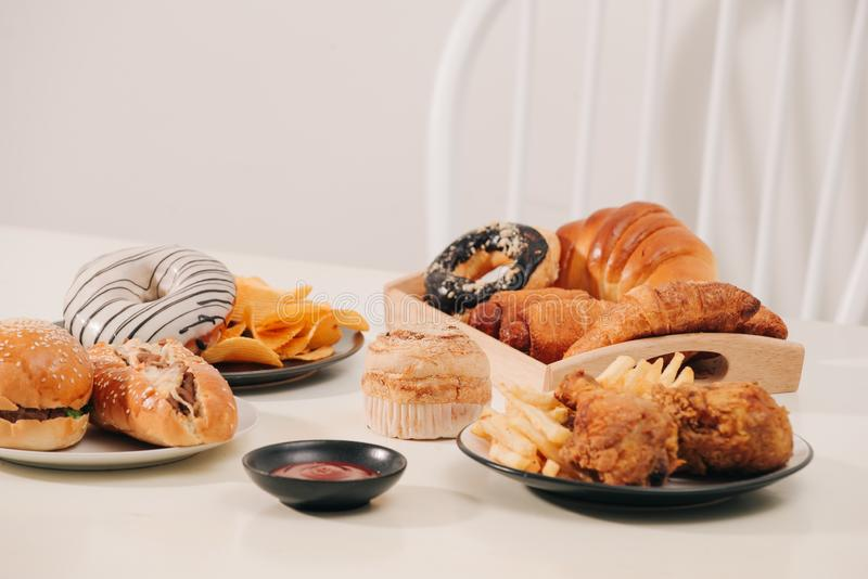 Tipo m?ltiple de alimentos de preparaci?n r?pida Concepto malsano del alimento fotos de archivo libres de regalías