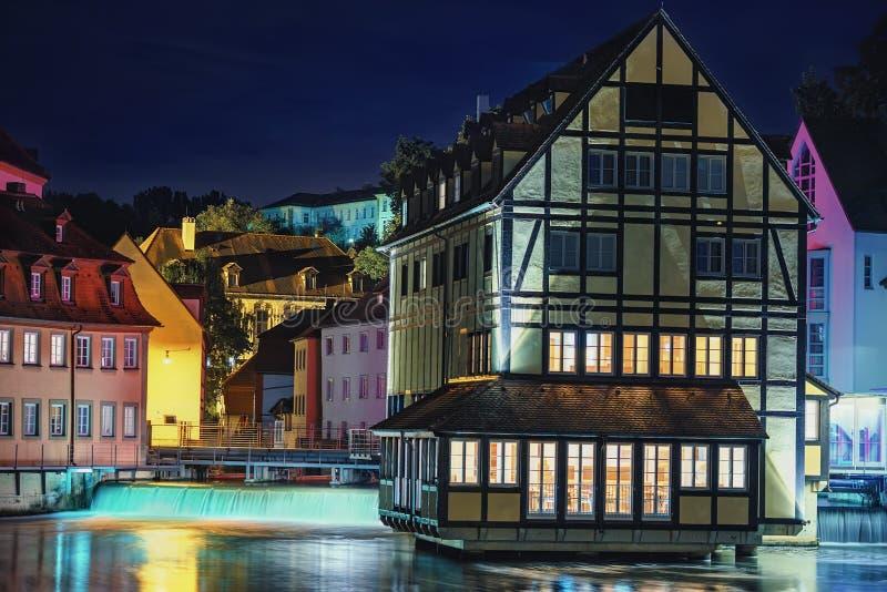tipo maravilloso de la noche de centro y de río históricos Regnitz foto de archivo