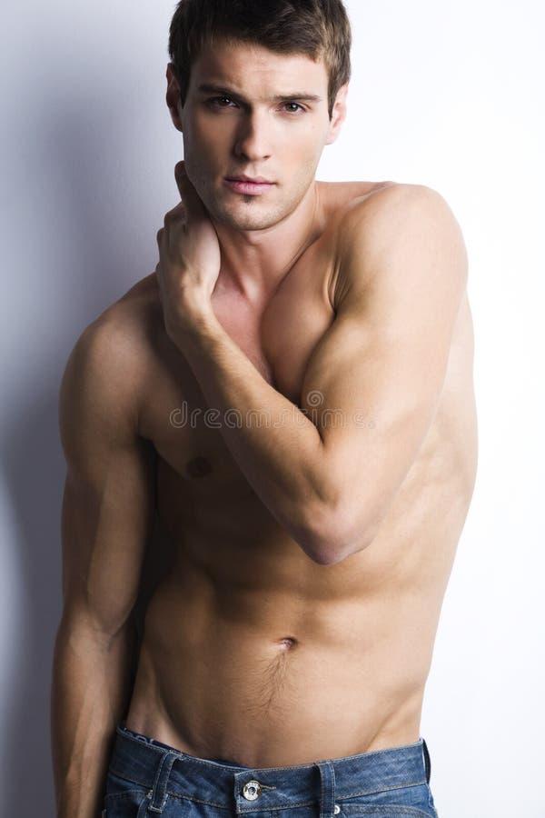 Tipo muscolare bello con il torso nudo fotografie stock libere da diritti