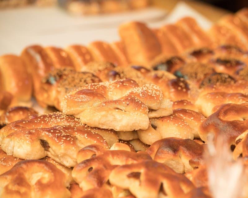 Tipo particular de pão numa banca de mercado no centro histórico de Tripoli, Líbano foto de stock