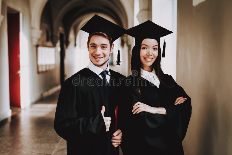 tipo Ragazza standing Corridoio università abiti fotografia stock libera da diritti
