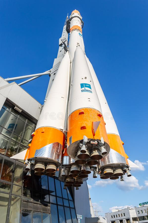 Tipo real nave espacial de Soyuz como o centro do monumento e de exposição imagens de stock