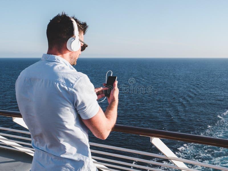 Tipo sulla piattaforma della nave da crociera immagine stock libera da diritti