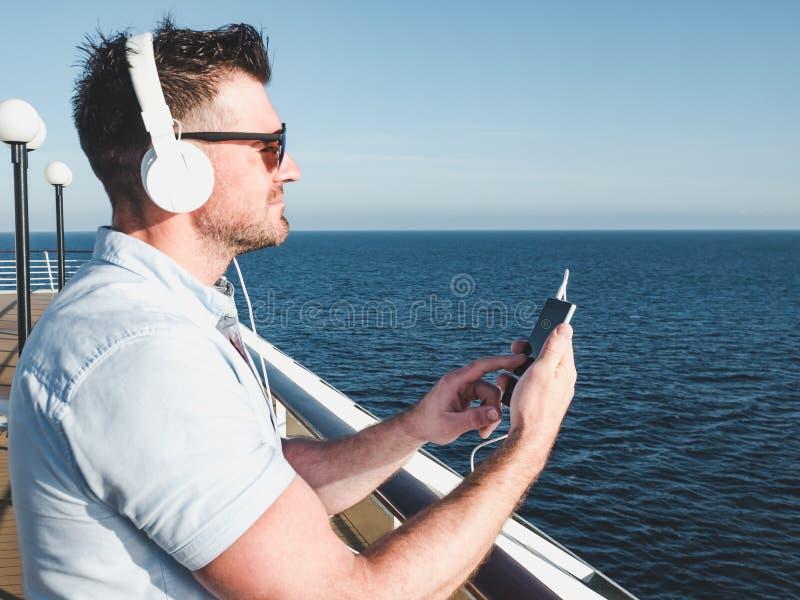 Tipo sulla piattaforma della nave da crociera fotografia stock libera da diritti