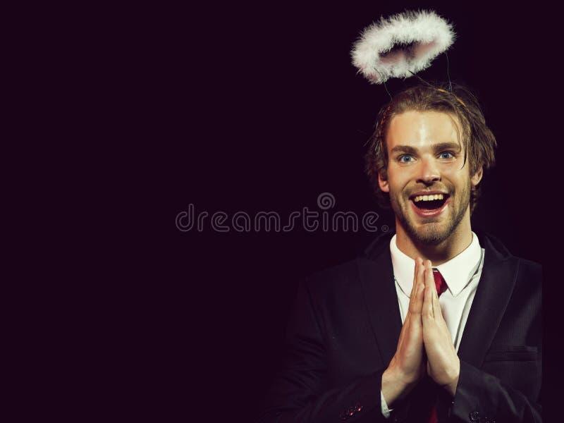 Tipo, uomo felice con l'alone della piuma bianca sopra la testa fotografia stock libera da diritti