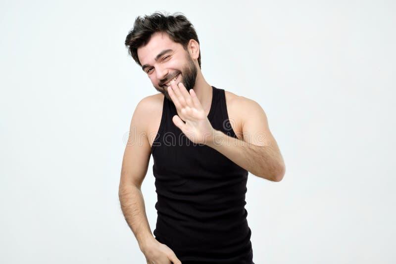 Tipo vestito nel gesto nero di arresto di rappresentazione della camicia, chiedente di smettere di scherzare immagine stock