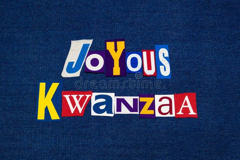 Tipografía FELIZ del collage del texto de la palabra de KWANZAA, tela coloreada multi en el dril de algodón azul, día de fiesta a imagen de archivo