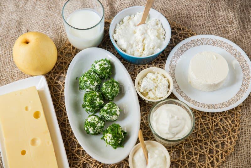 Tipos de Differetn do queijo e do emmental brancos macios foto de stock