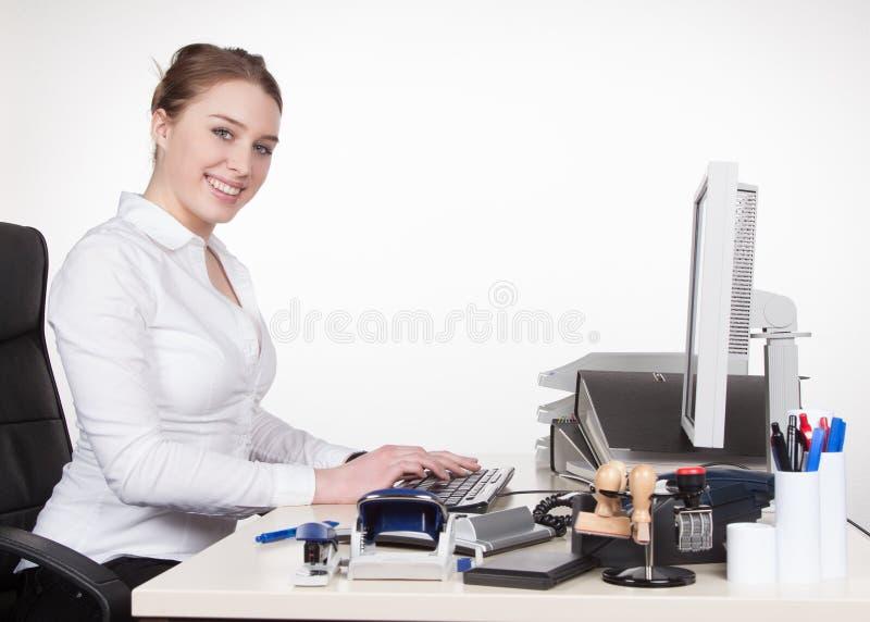 Tipos de la mujer joven en el teclado imagen de archivo