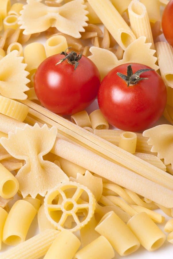 Tipos de pastas italianas con el tomate fotos de archivo